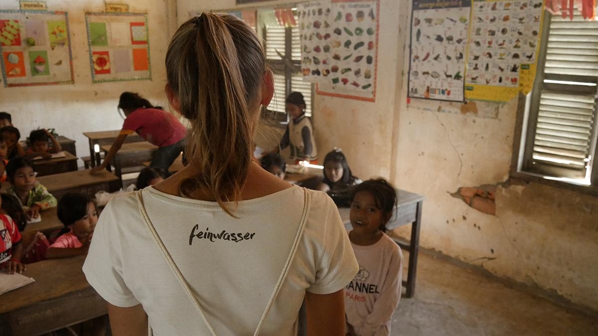 weiße person vor der Schulklasse Kambodscha white savior volunteering