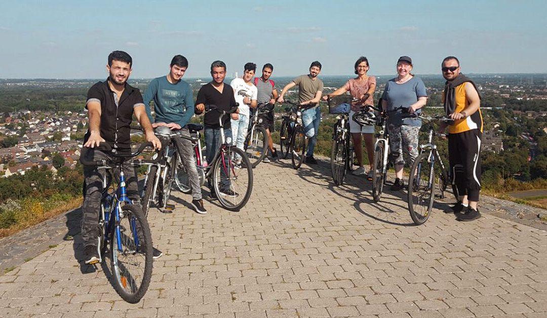 gruppe Flüchtlinge in Deutschland auf der Halde hoheward in Deutschland Fahrrad blauer Himmel