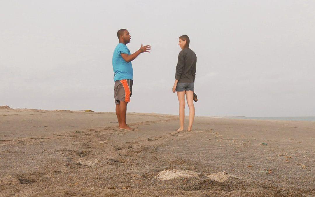 Verbindung Rassismus Volunteering Schwarzer und Weiße am Strand im Gespräch