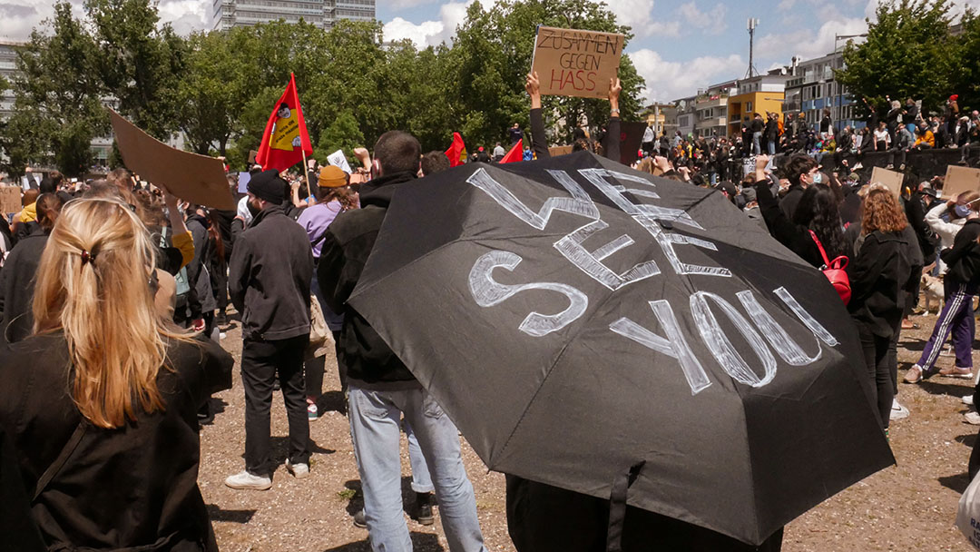 we see you steht auf einem Schwarzem schirm demo black lives matter
